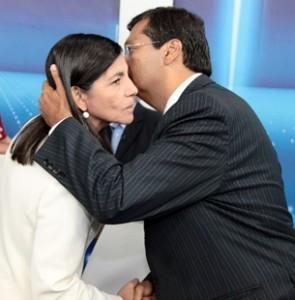 Cumprimento de Flávio e Roseana durante debate em 2010. Imagem republicana é constantemente utilizada pelo grupo Sarney como aliança