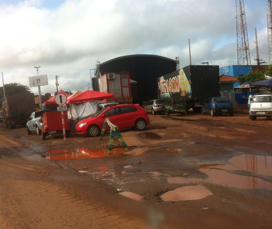 Quanta contradição! Local do show de R$ 700 mil está tomado por buracos em Miranda do Norte