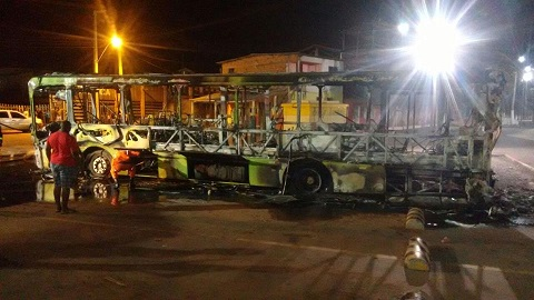 Ônibus atacado na Raposa.