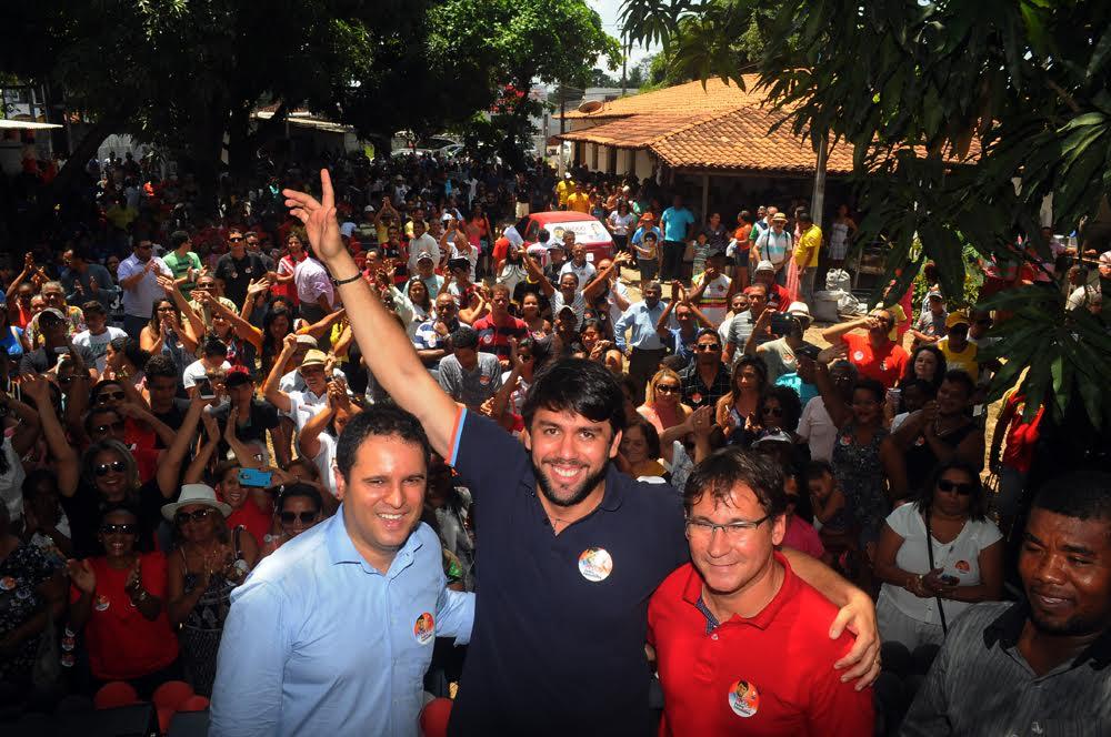 Pedro Lucas entre Edvaldo Holanda Junior, Julio Pinheiro com centenas de pessoas no ato de lançamento oficial de sua candidatura à reeleição.
