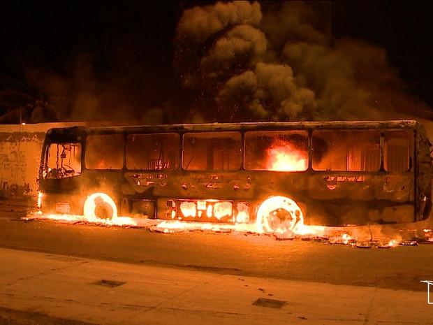 Cinco ônibus foram completamente destruídos por criminosos. Escolas também foram atacadas.